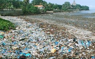 プラスチックゴミは海に悪影響を与える(アフリカ・ギニア、2017年9月)=共同