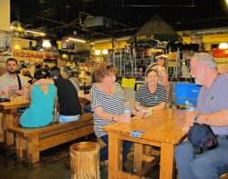 クルーズ客船の入港時には外国人観光客がどっと増える(高知市のひろめ市場)