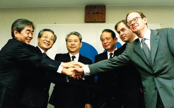 長銀の買い手決定で会見(左から2人目)