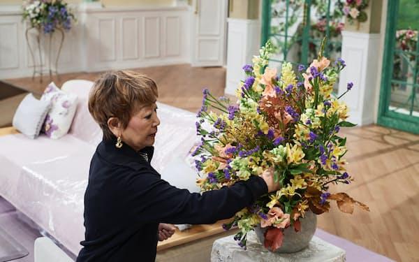 事前に調べたゲストのイメージと現場での直感で花を生けていく筆者