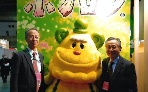 「ボノロン」の着ぐるみと((左)は舟竹泰昭セブン銀行社長)