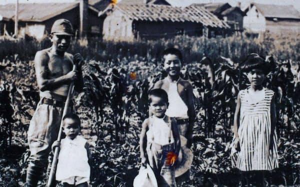 満州にて、家族と(中央が筆者)