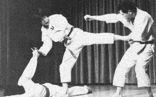 大学時代は少林寺拳法の道場に通い、黒帯の実力だった(中央が東氏)