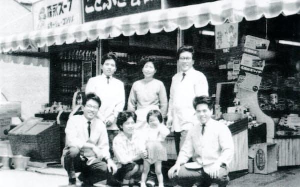 ことぶき食品の第1号店で兄弟と(前列右端が筆者)
