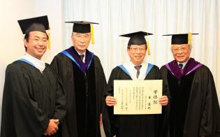 2013年に東京国際大学の博士号を取得した(右から2人目が東氏)