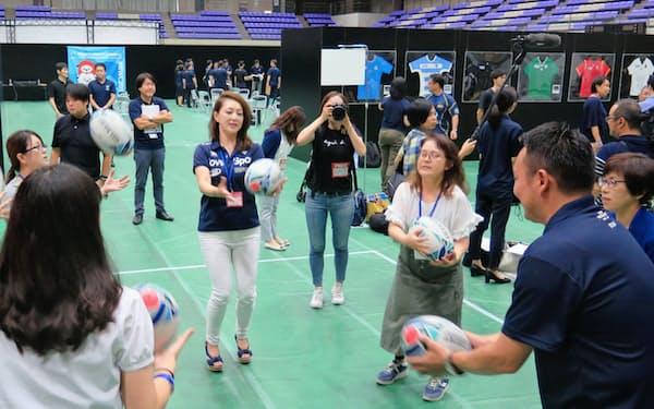 大阪府東大阪市のボランティアの面接でラグビーボールに触れる応募者ら