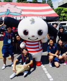7人制ラグビー女子日本代表の選手らと触れ合うラガマルくん
