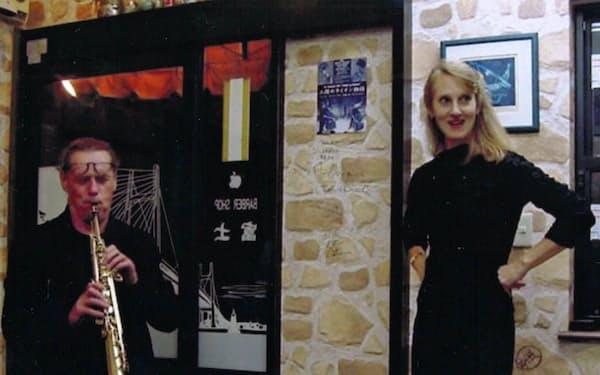 店の入り口で演奏するローレン・ニュートン(右)とウルス・ライムグルーバー(2004年、埼玉県上尾市)