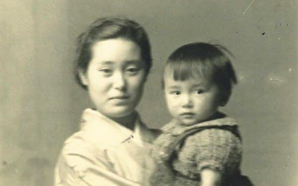母に抱かれる筆者