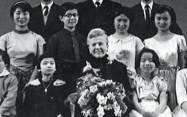 アンナ先生を囲んで(後列右端が筆者、同左端は潮田益子さん)
