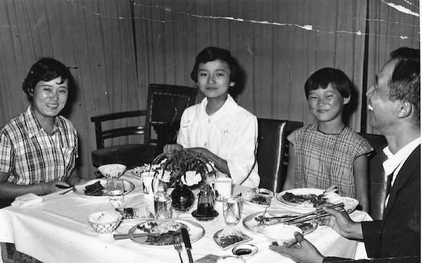 食卓を囲んで(左から母、筆者、妹、父)