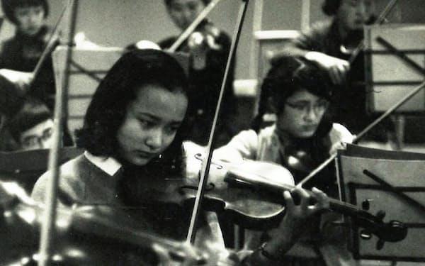 オーケストラの練習に励む筆者