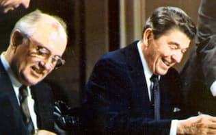 1987年12月、中距離核戦力廃棄条約に署名するレーガン米大統領(右)とゴルバチョフ・旧ソ連書記長(ワシントン)=ロイター