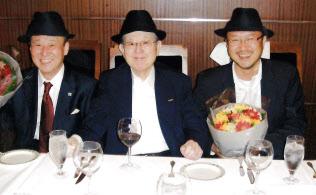 ナムコ創業者の中村氏(中)と元バンダイナムコゲームス副社長の鵜之沢氏(右)。左端が石川氏