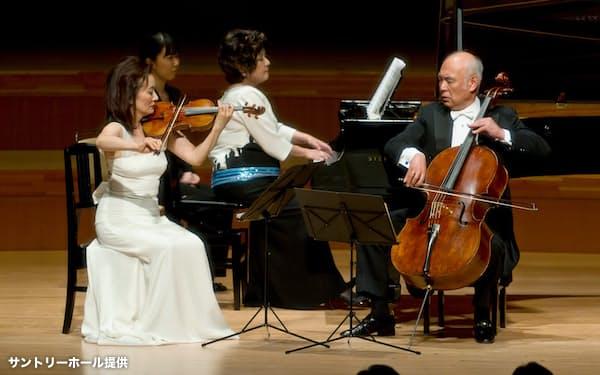 「ピースフル・コンサート」で共演(左から筆者、中村さん、堤さん)=サントリーホール提供