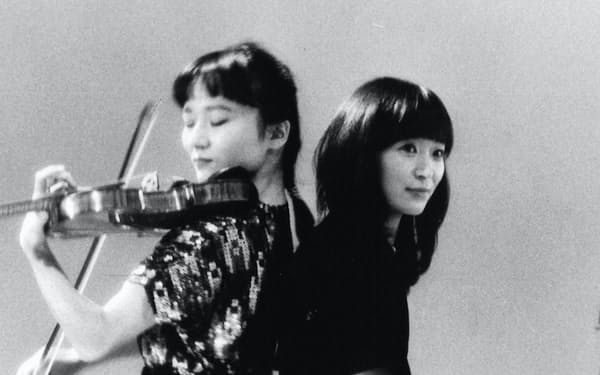妹の由子(右)と