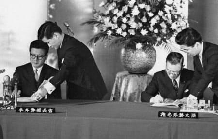 日韓は基本条約と同時に請求権協定も締結した(1965年6月、李東元韓国外相(左)と椎名悦三郎外相)