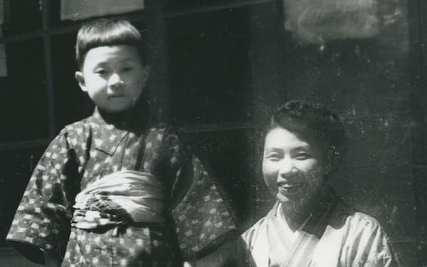 母の貞子と幼いころの筆者