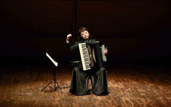 アコーディオンを演奏する筆者(2016年、福井市のハーモニーホールふくい)
