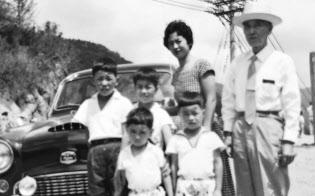 頑固な父親と6人兄弟の中でもまれて育った(1955年、後列左から2番目が小林氏)
