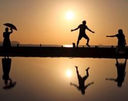 夕暮れ時の写真がインスタ映えするとして父母ケ浜に観光客が集まる