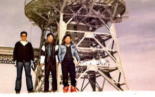 技術調査を行った長野県横手山の無線中継所で(1979年、右端が小林氏)