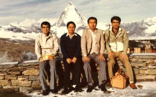 NTTの無線部門で働いていた当時、初の海外出張先はスイスだった(1983年、左から2人目が小林氏)