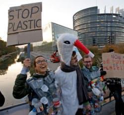 EUは脱プラを推進するが…(欧州議会前で賛同する市民)=ロイター