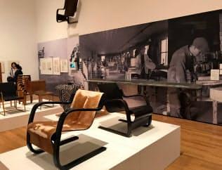 写真や映像、家具などで構成する展示も見どころ