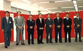 95年のNTTパーソナル中央の発足式(左から4人目が小林氏)