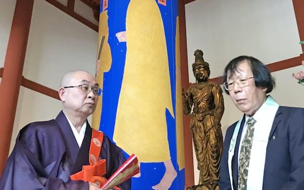 画家の畠中光享氏(右)が制作した法相柱とともに