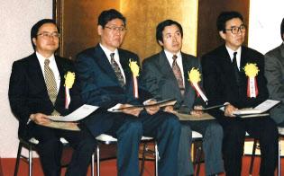 通信分野の功労者に贈られる前島賞を授与された(1996年、左端が小林氏)