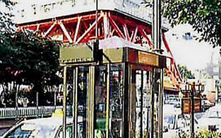 PHS事業は1998年にNTTドコモに統合された(アンテナを設置した電話ボックス)
