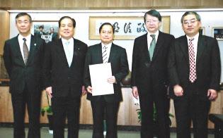 2002年にWi-Fiによる無線LANサービスを始めた(中央が小林氏、左から2人目が片山虎之助総務相=当時)