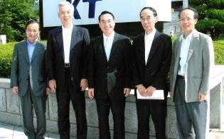 NTTBPはグループ共通のインフラになった(左から小林氏、三浦氏。右から2人目が有馬氏、2006年)