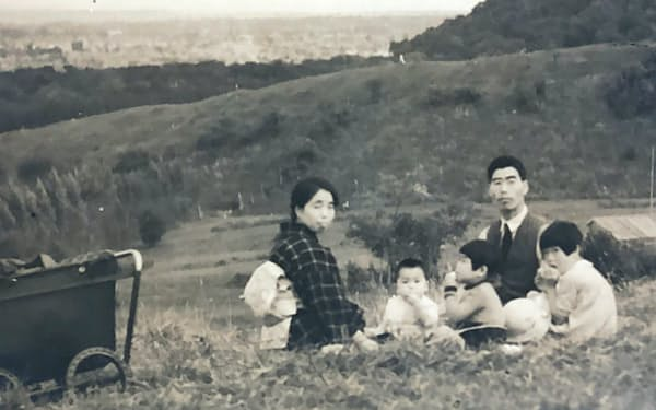 両親と2人の姉と(札幌市の藻岩山で)