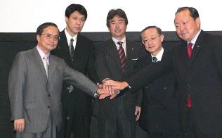 2006年につくばエクスプレスの無線LAN環境を整えた(左端が小林氏、中央がインテル日本法人の吉田氏)=日経BP社提供
