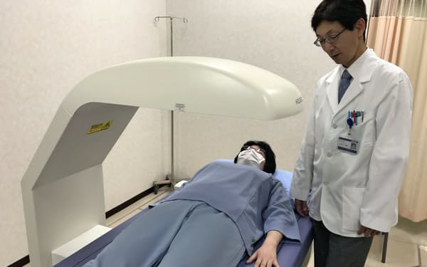 X線を使う機械で骨の状態が測定できる(千葉県市原市の帝京大学ちば総合医療センター)