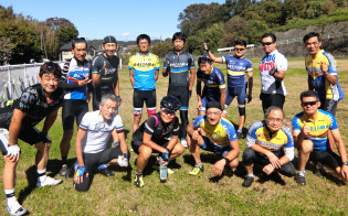 同じ自転車店に集まるツーリング仲間と(前列右から2人目が小林氏)