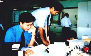 後に妻となる相模屋食料の三女、智香子さんと出会った頃の鳥越氏(左)