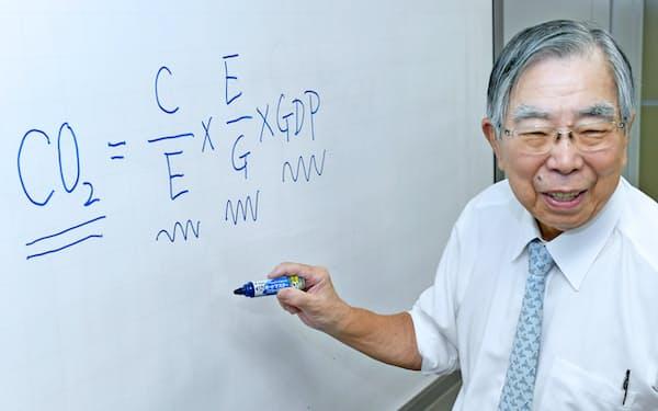 「茅恒等式」の説明をする筆者