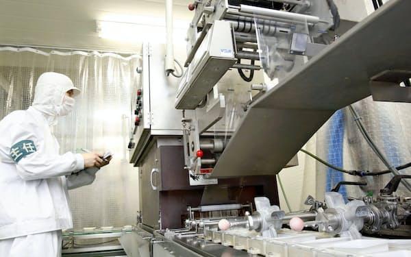 第三工場の稼働は「豆腐メーカー」に脱皮する挑戦だった(第三工場でモニターをチェックする社員)