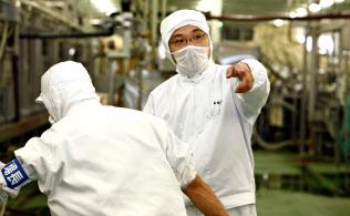 第三工場の立ち上げでは日本生協連の担当者に厳しく指導された(右が鳥越氏)