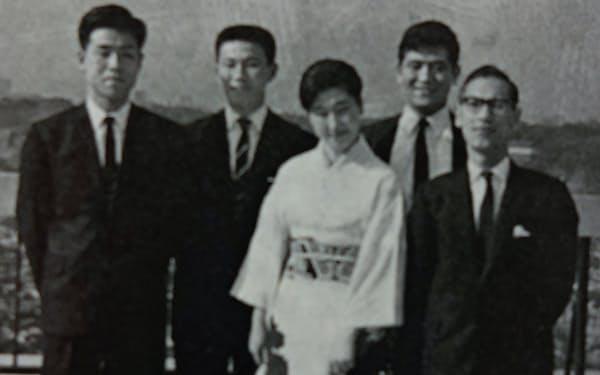 新人時代。後列右が筆者、前列右が課長の菅原謙吾さん