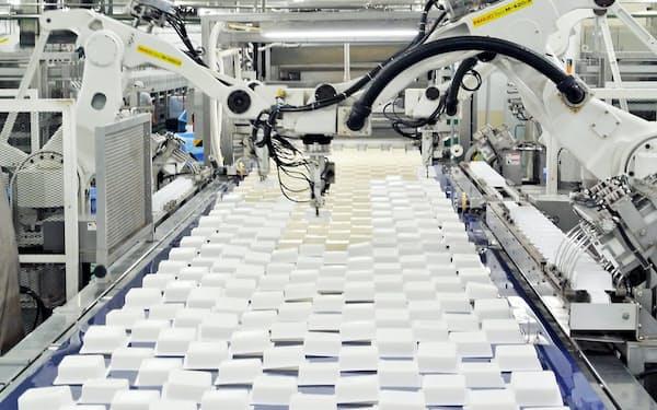 1時間あたりの生産量は1500丁から8000丁程度になった(第三工場のホットパック製法の工程)