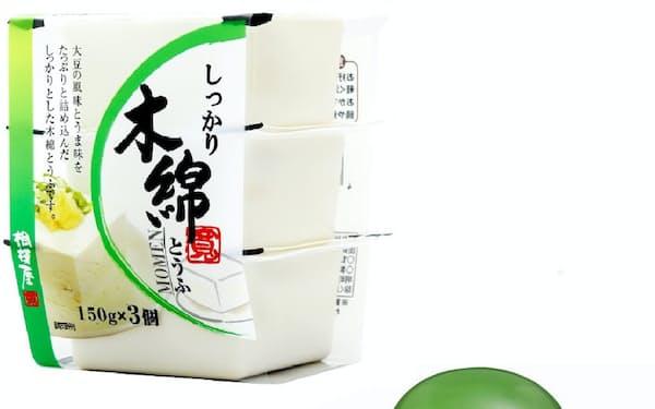 ヒット商品となったザクとうふ(右)と3個パックの木綿豆腐