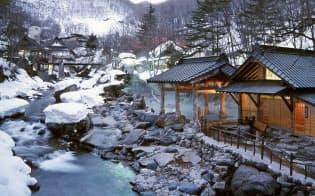 川を挟んだ広大な混浴露天風呂が外国人客をひきつける