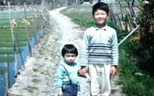 諏訪の自然の中で育った(自宅近くで妹と写る林氏)