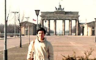 学生時代、欧米を一人旅で回った(後方は旧東ベルリン時代のブランデンブルク門)