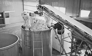 機械化以前の味噌工場では、寝かした味噌を大きな桶からスコップで掘り出していた